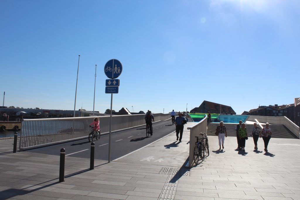 New bike-, walk and run slide bridge Inderhavnsbroen between Nyhavn/Havnegae and Christyianshavn. Phoot in direc