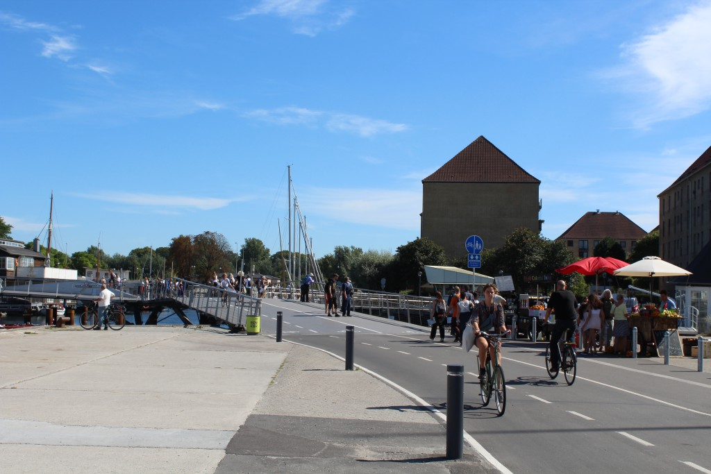 """Bike-, walk and run bridge """"Trangravsbroen"""" with at left connection to Arsenaløen and Christiansholm island and at rift with connection to Iceland Place on Christianshavn. Photo in direction south 25. august 2016 by erik K Abr"""
