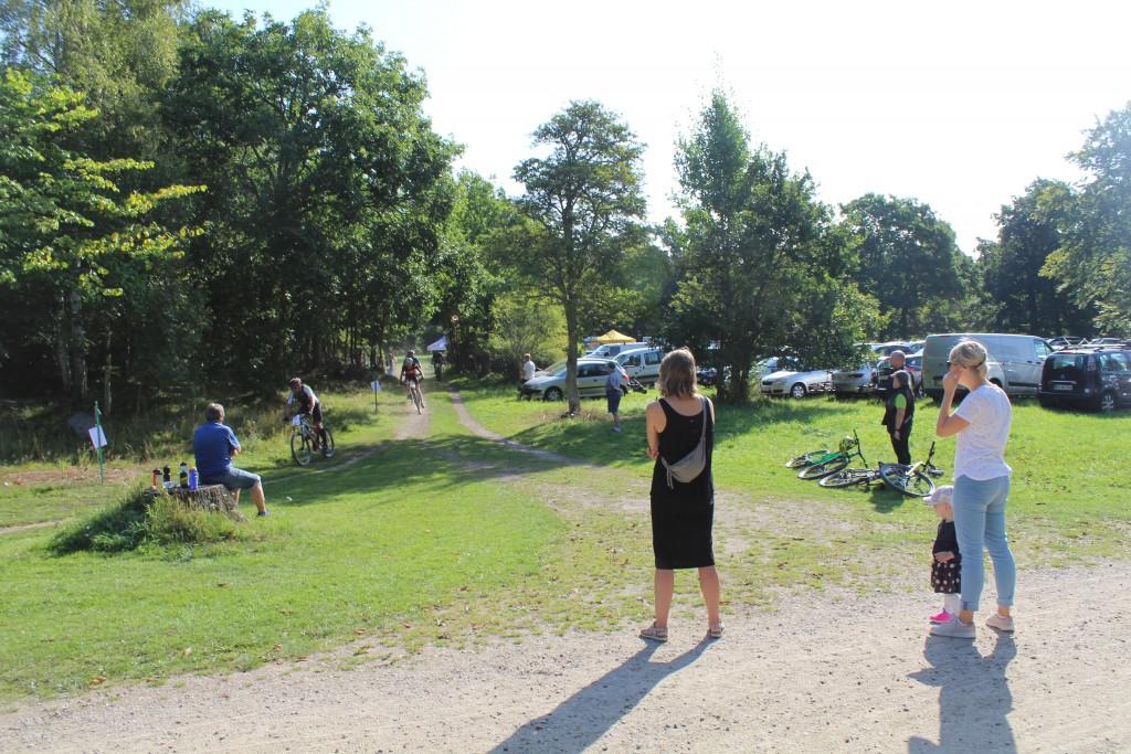 """Start og målomreådet ved skovriderhuset """"Slotshuset. Feltet passer efter første runde på 12mkm og er på vej ud på 2. runde på 12 km. ud af ialt"""