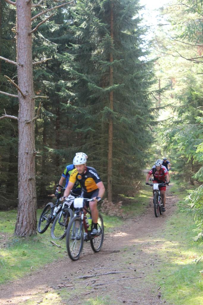 Mountainbike ryttre kører her fra skovsti ud på Skovkærsvej