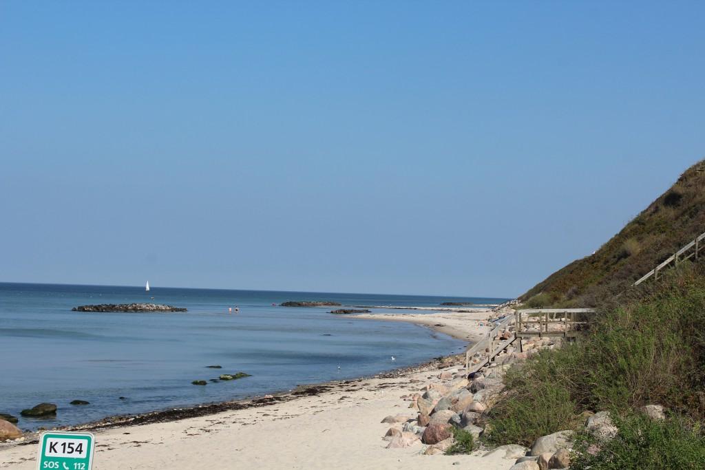 Hyllingebjerg Strand. Udsigt mod øst mod bølgebrydere af store granitsten og skræntfodssikring