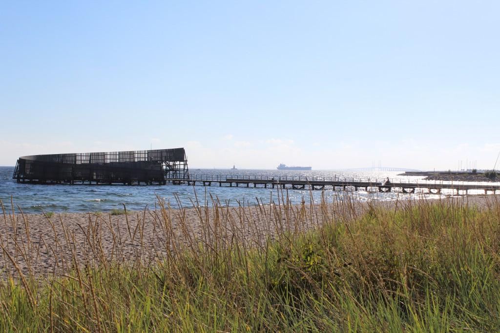 Amager Strand. Udsigt mod Øresund badeanstalt KOnkylien, fragtskaib og Øresundsbroen