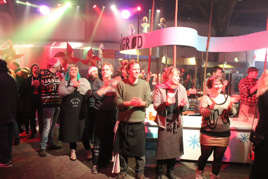 Frivillige Christianittere modtager os julegæster med klapsalver, da vi ankommer til julemiddag og juleunderholdning i Grå Hal, Christiania. Foto den 24. december kl. ca. 17.15 af E