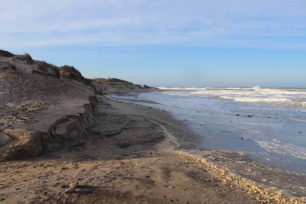 """Liseleje Strand. Udsigt mod vest mod stor granitstens bplgebryder ud for """"Pyntens"""" ophalingsplads for både. Foto den 27. december 2016 af Erik K Abe´rahamsen."""