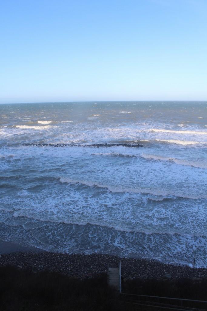 Hyllingebjerg Strand. Den forhøjede vandstan på 1,5-2 m og højer bølger har overskyllet hele den ca. 75 m brede sandstrand. Foto i retning nod ud over Kattegat den 27. december kl. ca. 12.45 af Erik K Abrahamsen.