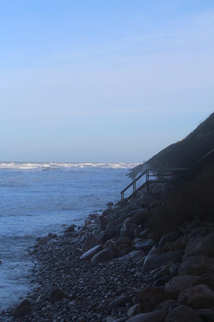 Hyllingebjerg Strand. Kystsikring med skræntfodsikring med store granit