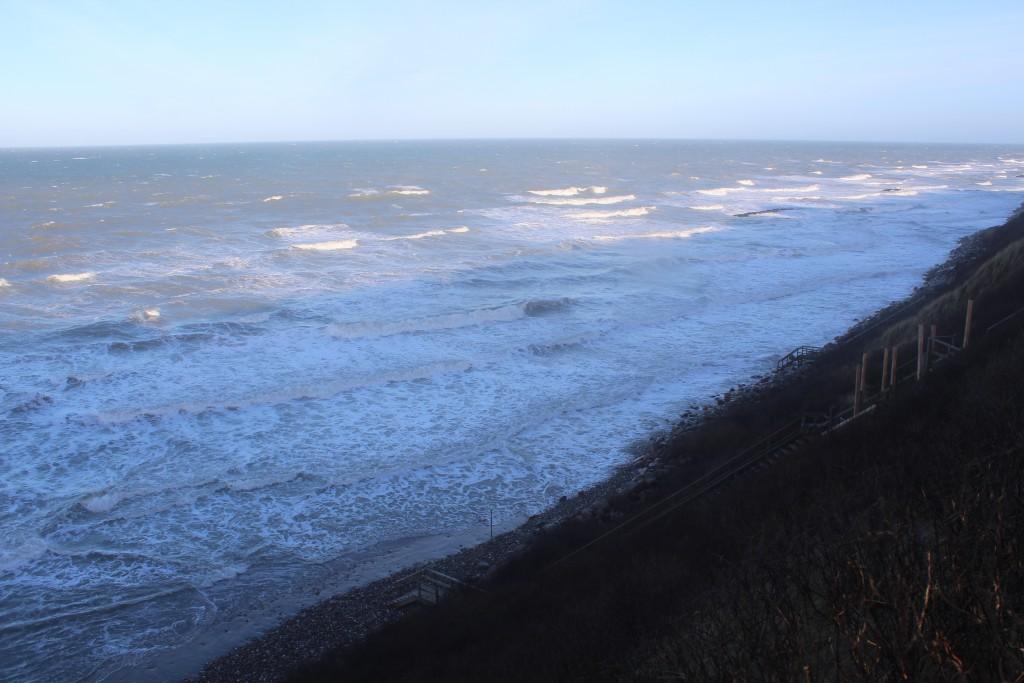 Hyllingebejrg Strand. udsigt mod kystsikring med 3 store bølgebrydere af granitsten ca. 75 m fra kystskrænten.