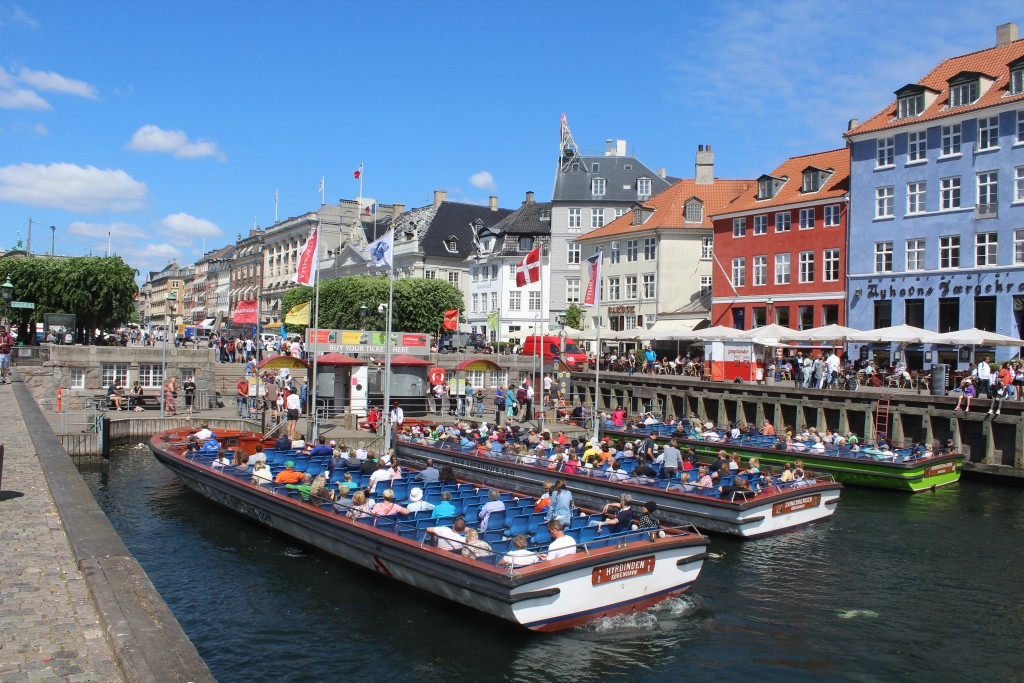 Canal Tours - boats for sightseeing in Copenhagen Inner Harbour, Christianshavn canals and Copenhage City Canals. Phot in direction north to Kins Nes Aquare midday 6. june 2016 by Erik K Abrahamsen.