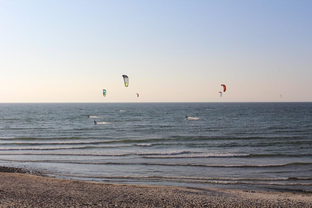 Windsurfing ud over Liseleje STYrand. Udsigt mod Kattegat