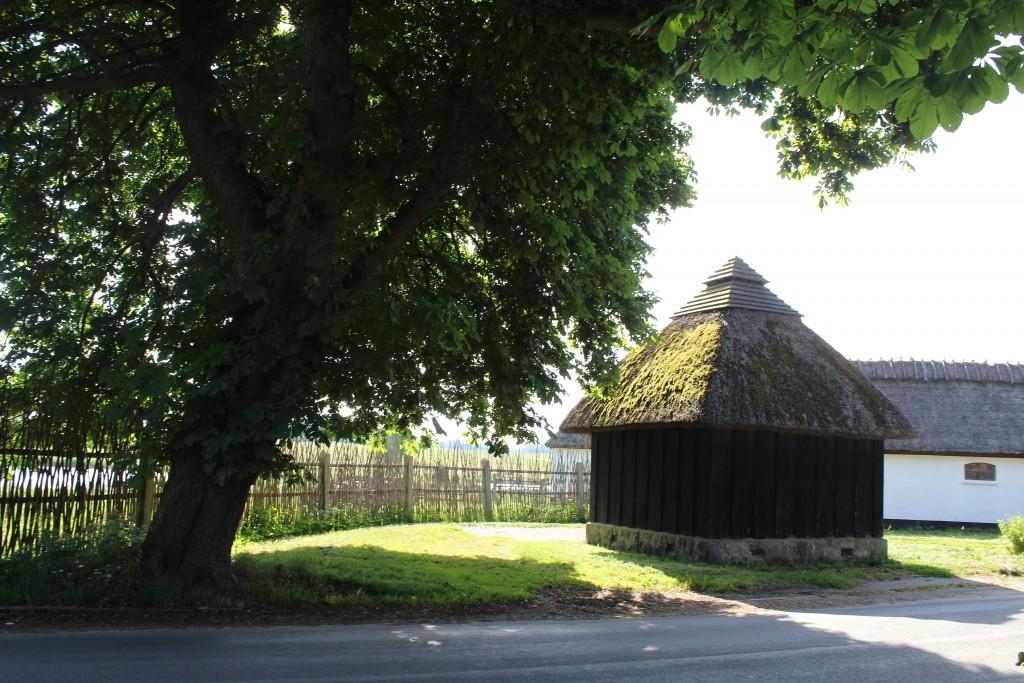 Hjortekær - hytte bygget af lodrette træ spanter. Udsigt mod kvist-hegm til Jægersborg Dyrehave.