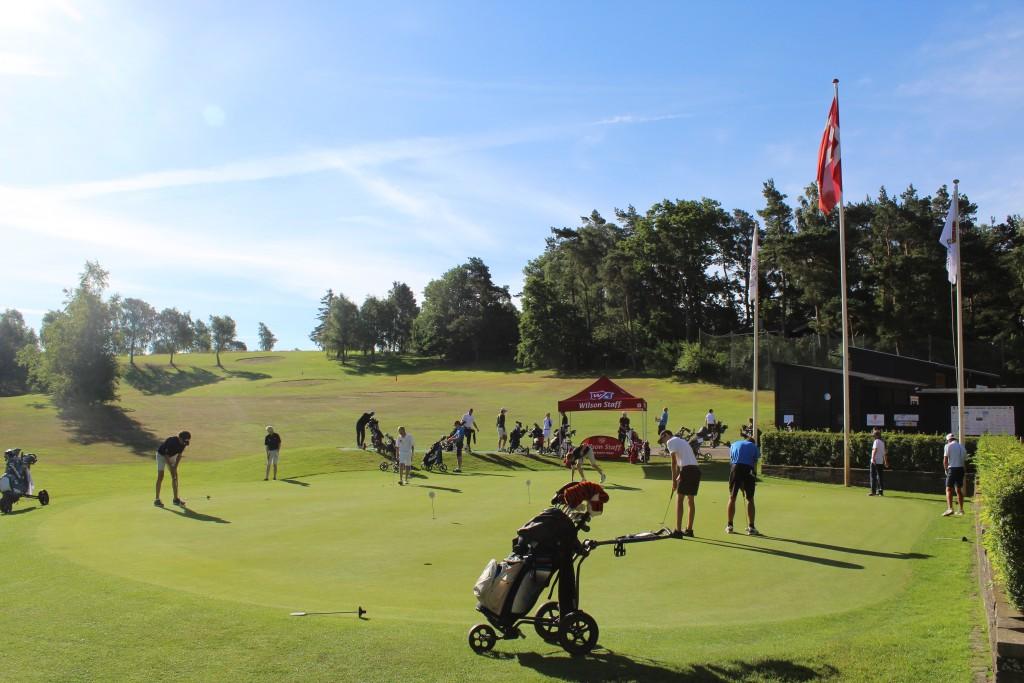 Turnering AGC Wilson Staff Junior Cup. 36 huller, 2 runder samme dag den 10. juli 2017 på Asserbo Golf Club. Foto mod green og driving range,træningsbane den 10. juli 2017 af Erik K Abrahamsen