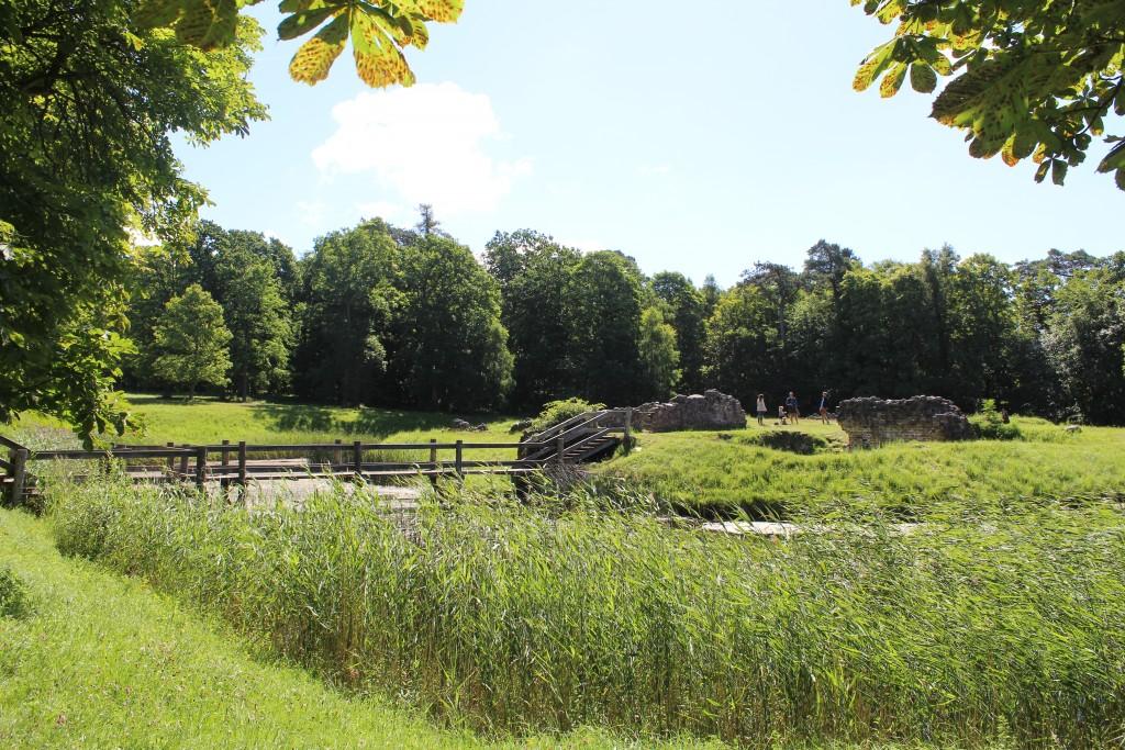 Asserbo slotsruin opført som kloster i 1100-tallet af biskop absalon og senere ombygget til borg med volde og vordgrav. foto den 17. juli 2017 af Erik K Abrahamsen.