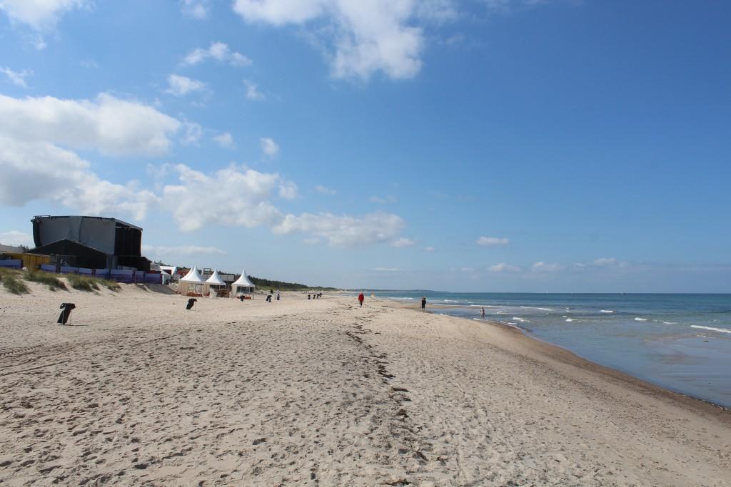 Udsigt ud over strande foran festivalpladsen med den store Strand musik scene