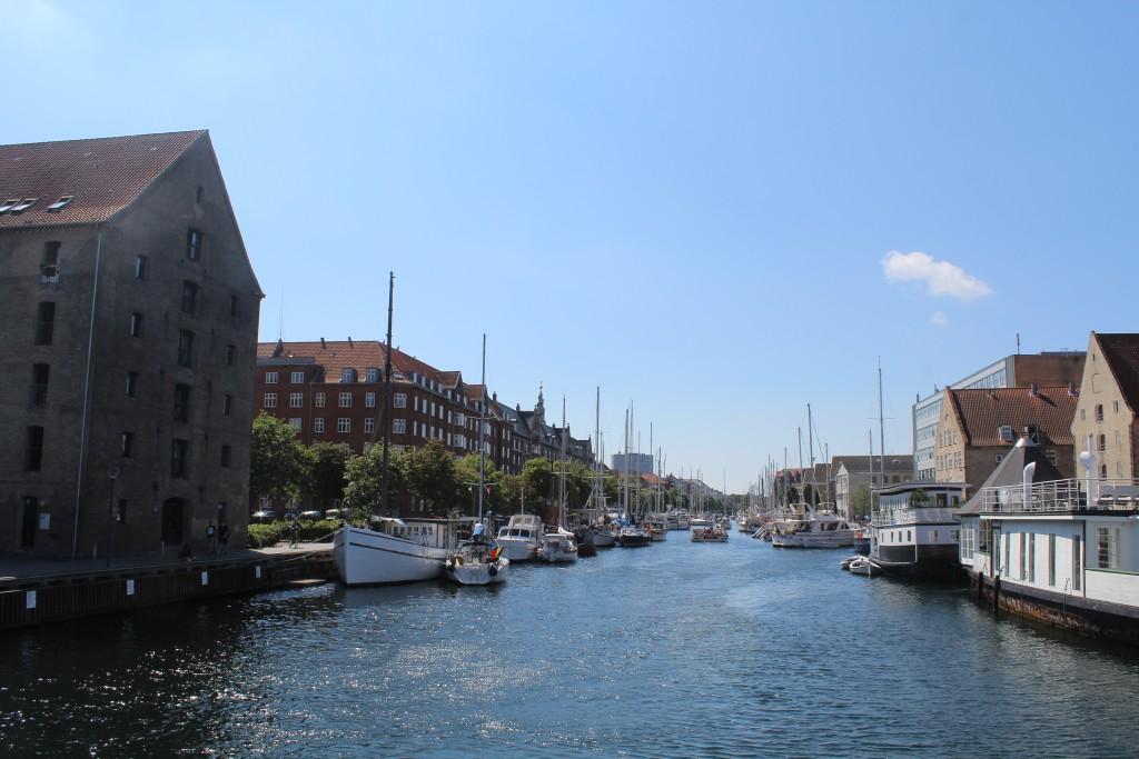 Christianshavn kanal med Islands Plads til venstre i billedet. I baggrunden ses spiret påp Vor Frelser Kirke. kirken er opført 1682-94 mens spiret er bugget 1751. Foto i fretning vest den 9. ugu