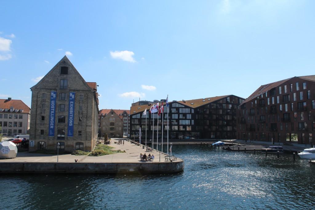 Udsigt fra Inderhavnsbroen mod Nordatlanten Plads med Nordatlantens Pakhus bygget 1765-66. Foto i retning syd mod Christianshavn den 9. august 2017 af Erik K Abrahamsen.