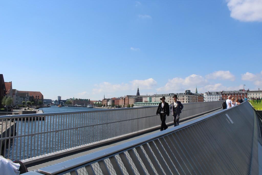 Ufsigt fra Inderhavnsbroen mod vest. 2 navere på vej over broen. Foto den