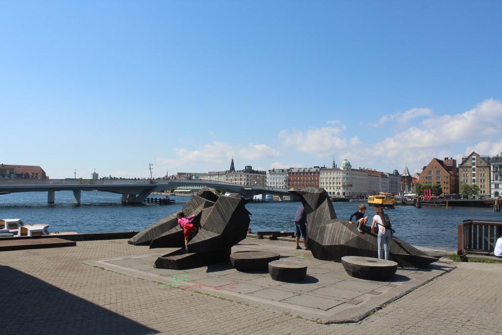 """Udsigt fra Papirøen (Christiansholm) mod den ny gang- og cykelbro """"Inderhavnsbroen"""". Foto i retning vest den 9. august 2017 af Erik K Abrahamsen."""