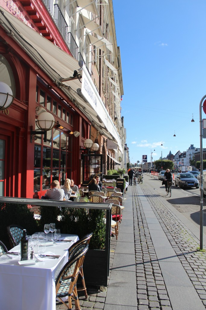 Kongens Nytorv, Kings New Square. A restaurant with Nyhavn in the background. Photo in direction south 9. october 2017 by Erik K Abrahamsen.