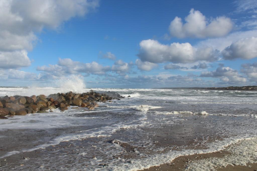Liseleje Strand. udsigt mod øst fra Pynten med bæølgebryder i retning øst mod Tisvilde Hegn og Tisvoldeleje helt ude i horisonten. Foto søndag formiddag den 29. oktober 2017 af Erik K Abrahamsen.