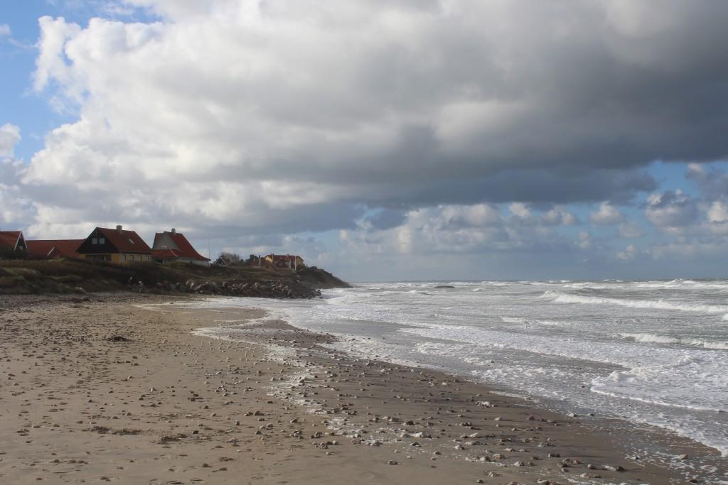 Liseleje strand. Udsugt fra pynten i retning vest mod beboelse i Liseleje. Foto sønfag dem 29. oktoker ved 11-tiden af Erik K Abrahamsen