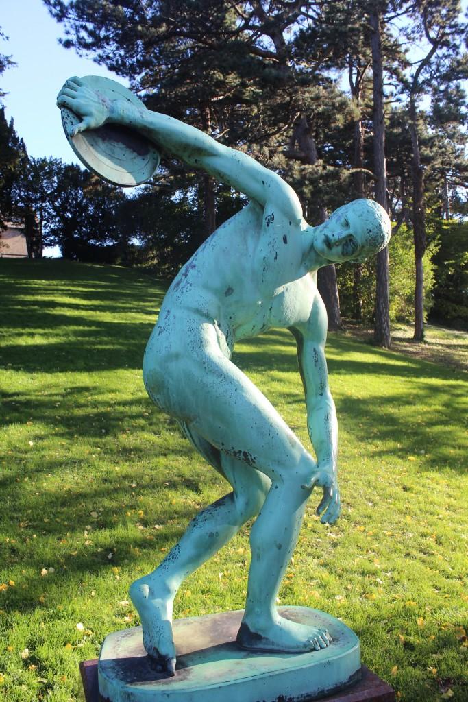 """Botanisk Have. Bronze skulptur """"Diskoskasteren"""" af græsk Billedhugger Myron 480-440 f.Kr. Foto den 30. oktober 2017 af Erik K Abrahamsen."""