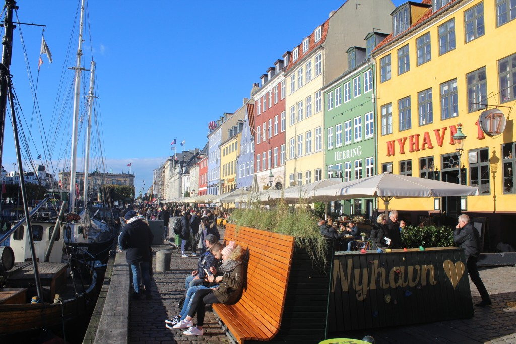 """Nyhavns """"solside"""". cement barriere"""