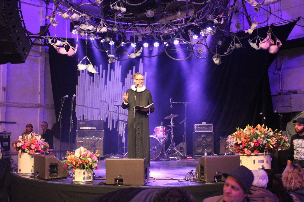 Priest Mikkel Gabriel Christoffersen from local churn Our Saviour Church read and preach the gospel Luke 2,1-14 under the Christmas banquet 2017. Grey Hall, Christiania. Pgoto 24. december 2017 by Erik K Abrahamsen.