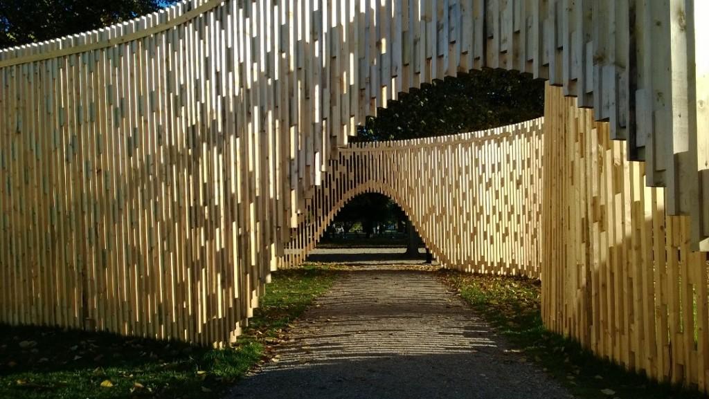 """Kunstværk """"Pavillon MAA 1:1 - Trylletromler"""". Kga Have. Foto sept. 2013 af Erik K Abrahamsen."""