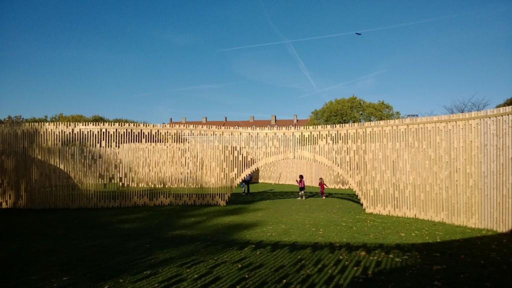 """Kunstværk """"Pavillon MAA 1:1 - Trylletromler"""". Foto sept. 2013 af Erik K Abrahamsen."""