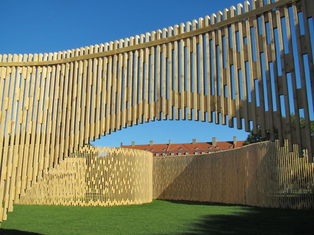 """Kunstværk """"Pavillon MAA 1:1 - Trylletromler"""", Kongengens Have."""