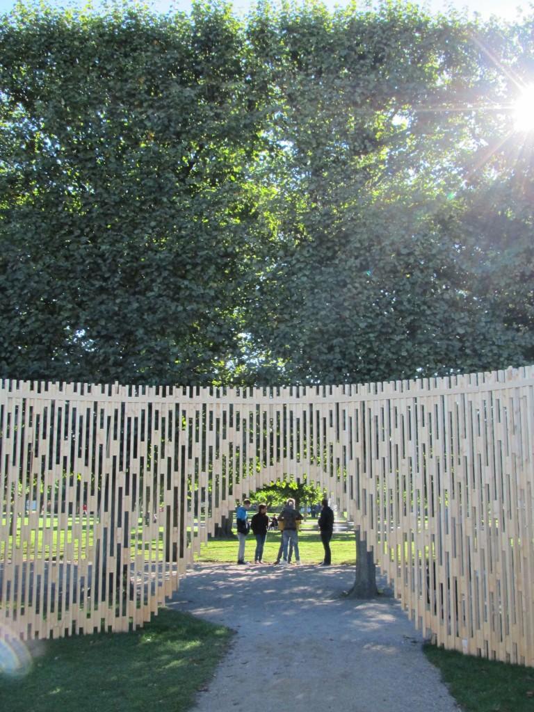 """Kunstværk """"Pavillon MAA 1:1 - Trylletromler"""", Kongens Have. Foto sept. 2013 af Erik K Abrahamsen."""