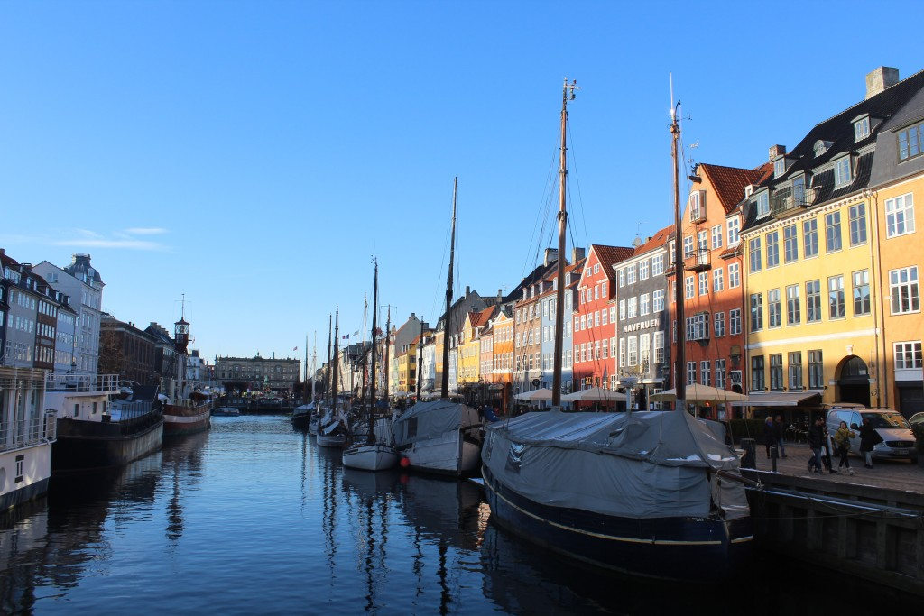 Nyhavn - a 400 long canal, 4 m deep and 25 m wide between Copenhagen Inner harbour and main central place Kongens Nyhavn. Built 1672-72 for commerce and trade. Poot in direction north
