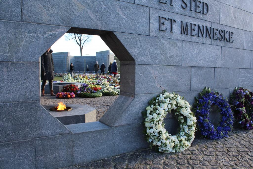 Det Nationale Monument i Kastelle. Udsigt fra RUM: EN TID mod RUM. ET STED og længst borte RUM: ET MENNESKE. Foto den 22. februar kl ca 10 af Erik K Abrahamsen.