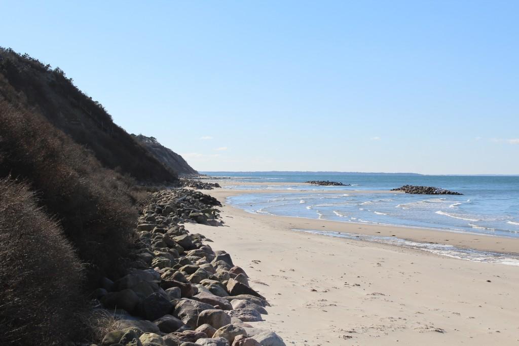 Udsogt ud over stranden ud for Hyllingebjerg. Foto i retning vest mod kattegat og bølhebrydere den 18. marts 2018 af erik K abrajhamsen.