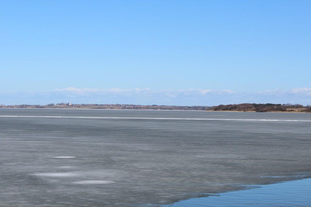 Arresø. Udsigt fra udkigspost mod halvøen Arrenæs og Ramløse by. Foto i retning øst den 20. marts 2018 af Erik K abrahamsen.
