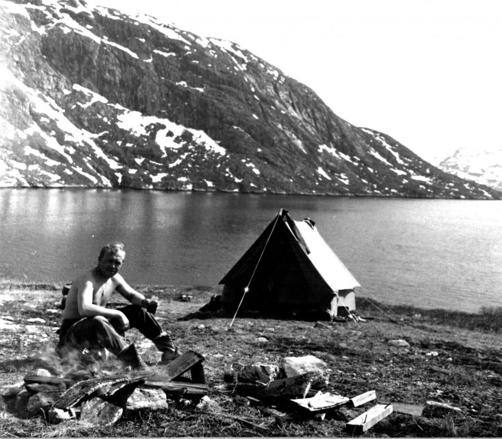 Telt opslået ved Elleslies havn ved Arsuk Fjord. Foto 1961