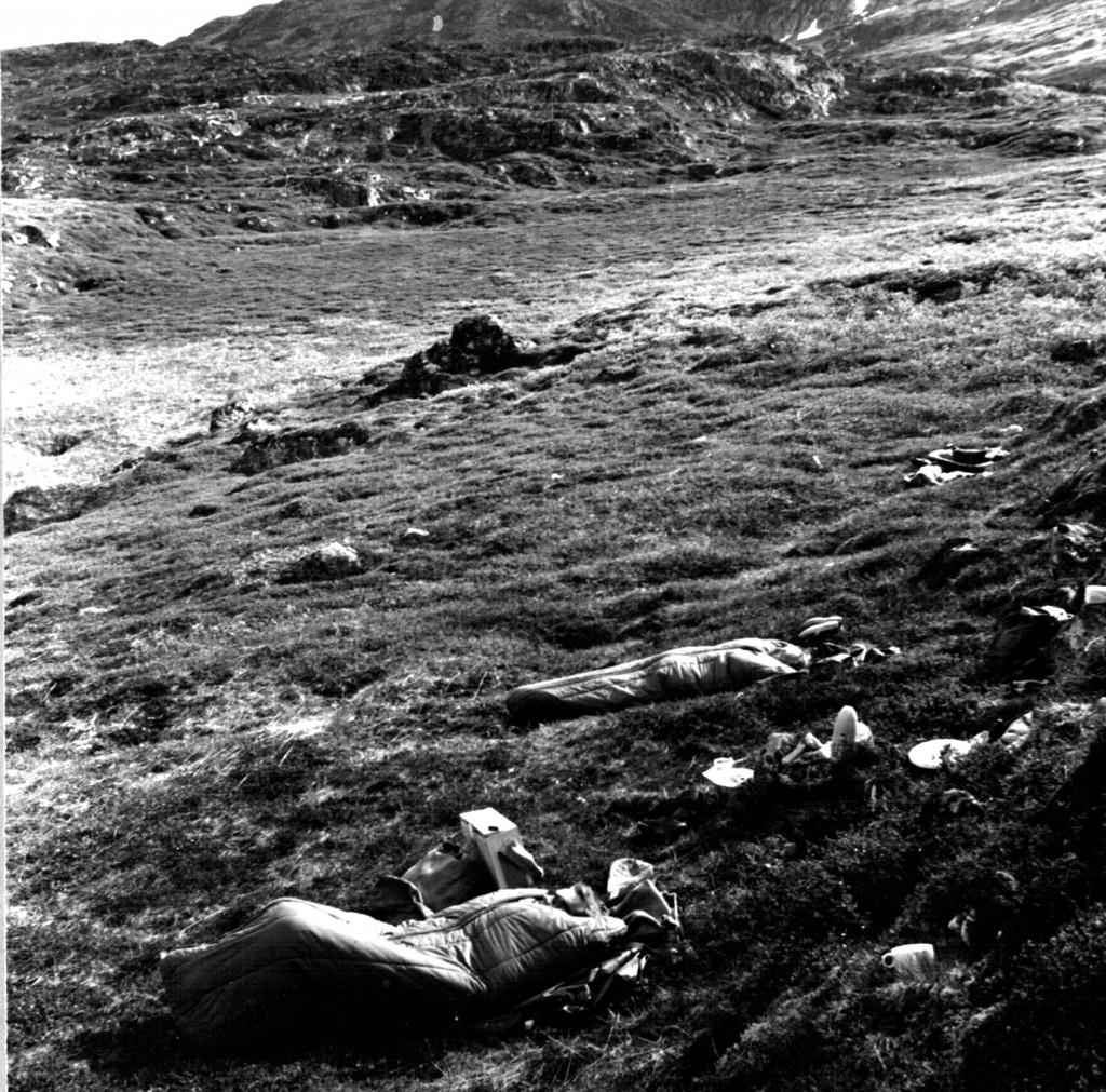 Overnatning i soveposer i det fri. Foto 1961