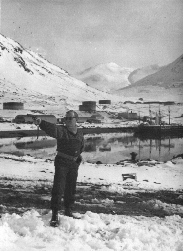 Skydetræning på Dumpen. Udsigt mod Flådestation Grønnedal med havne og Morgenfjelt hlet i baggrunden. Foto 1961