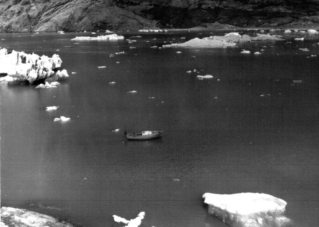 I land ved Arsuk Isbræ. Udsigt til vor turbåd. Foto 1961