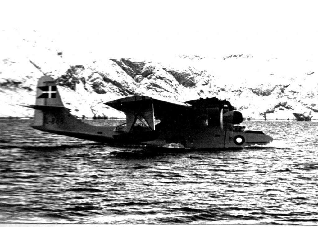Dansk Catalina vandflyver på Arsuk Fjord ud for Flådestation Grønnedal. Foto 1961.