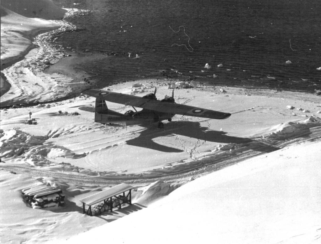 Udsigt mod flyrampen på Flådestation Grønnedal. Som nabo til flyrampen løber Bryggerens Elv ud i Arsuk Fjord. Foto 1961.