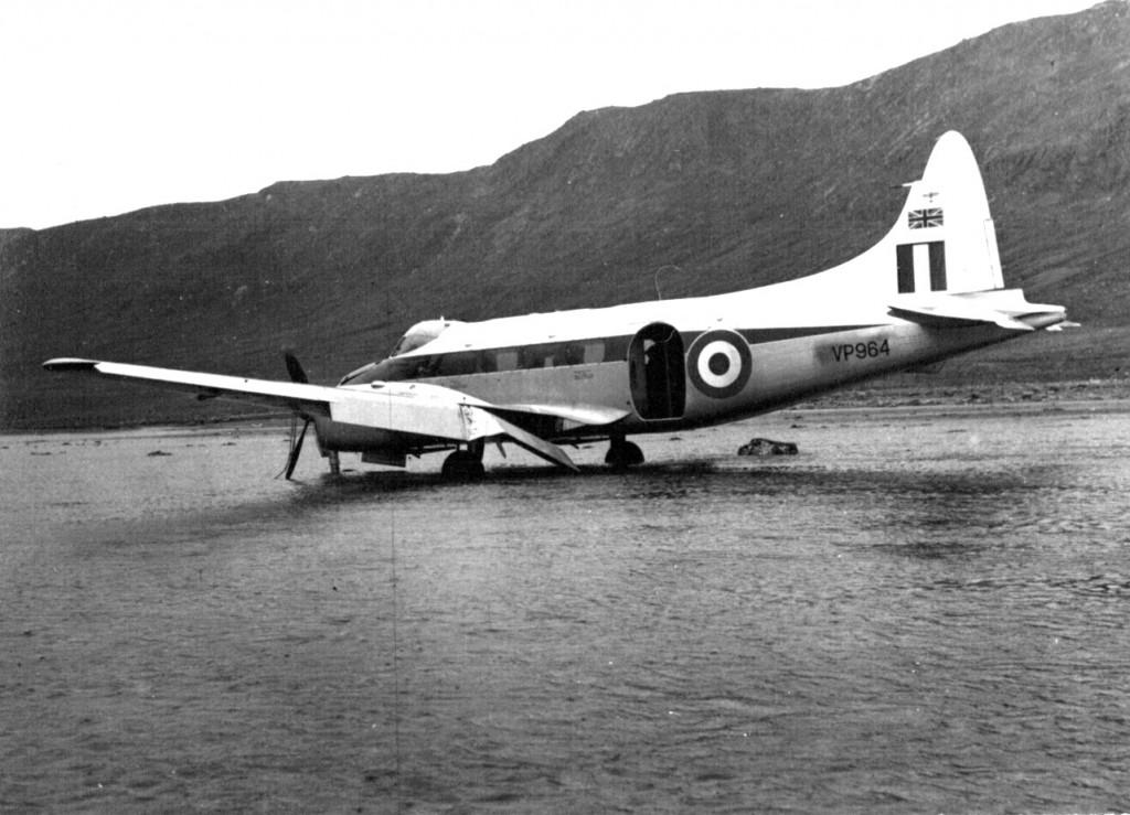 Nødlanding af britisk propelfly på smeltevandsslette nær Arsuk By. Foto 1961.