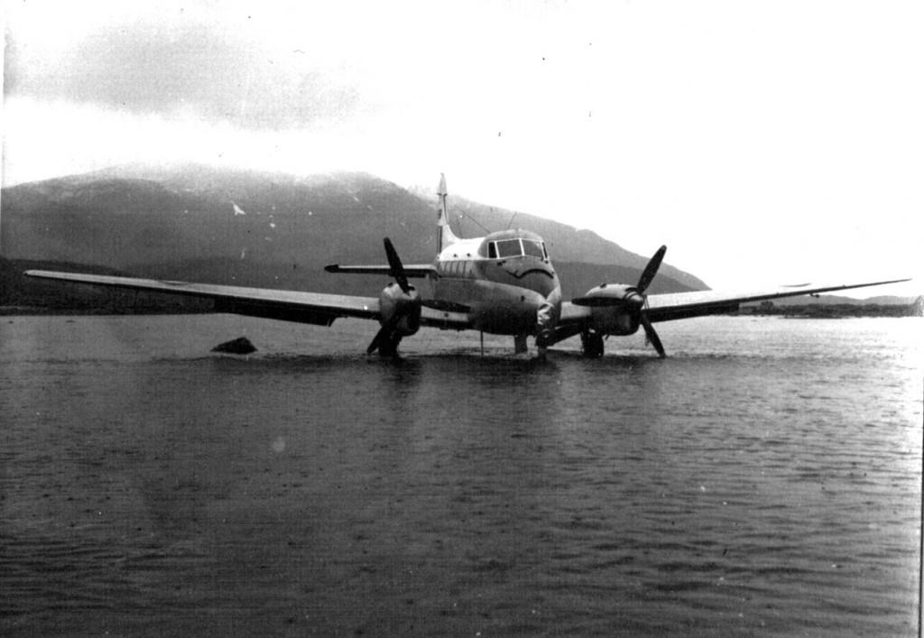 Nødlanding af britisk propelfly. Foto 1961.