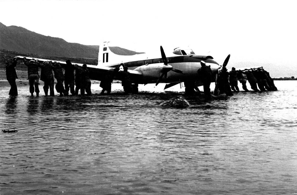 Bugsering af britisk propelfly til fast tør grund af Flådestation grønnedals Personale. Foto 1961.