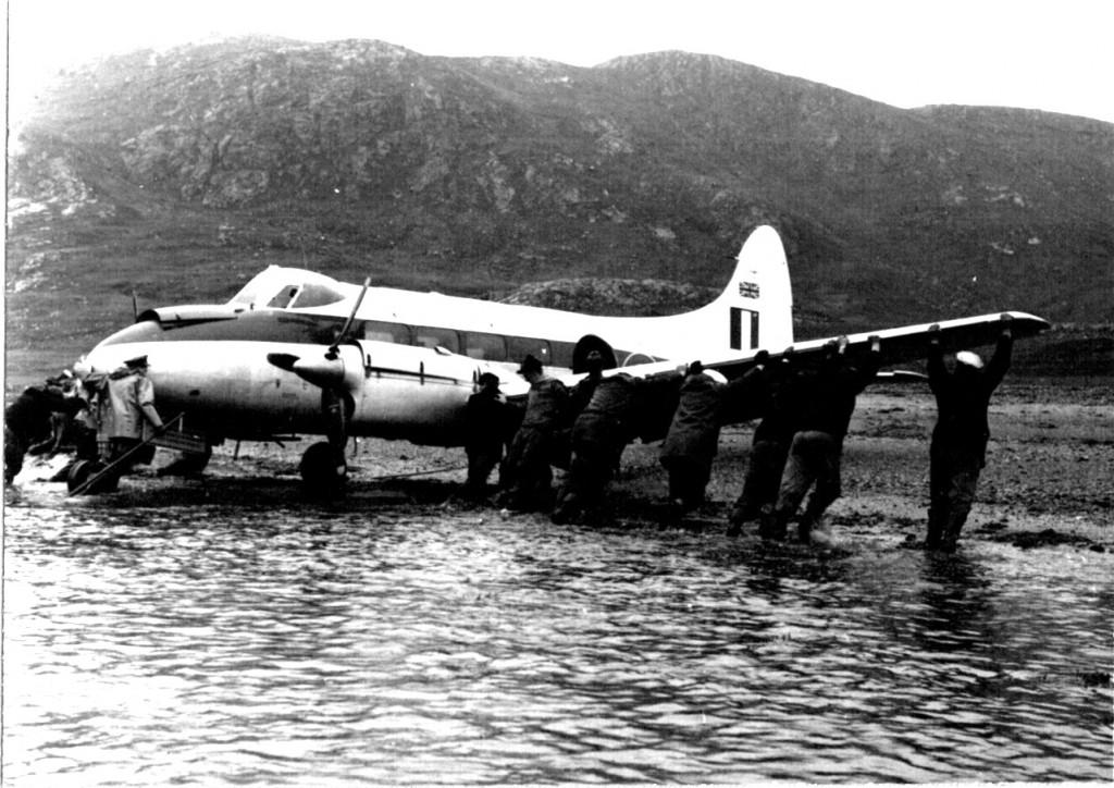 Bugsering til tør fast Grund af nødlandet britisk propel fly af Flådestation grønnedals personale. Foto 1961.