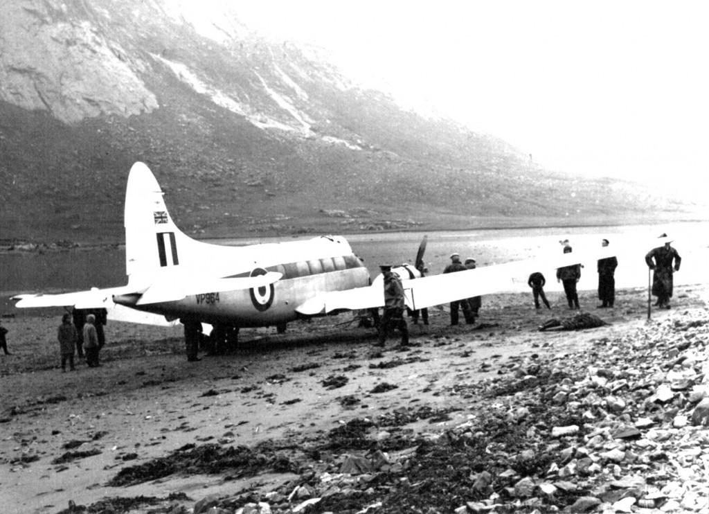 Mission completed. Det nødlandede britiske propelfly sikkert på fast tør grund.