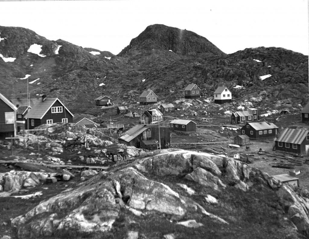 Huse i Arsuk. Foto 1961.