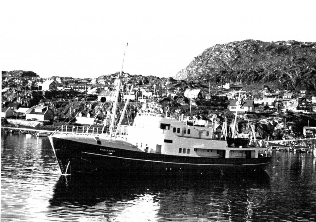 Skib i bugten ud for Arsuk Havn. Foto 1961.