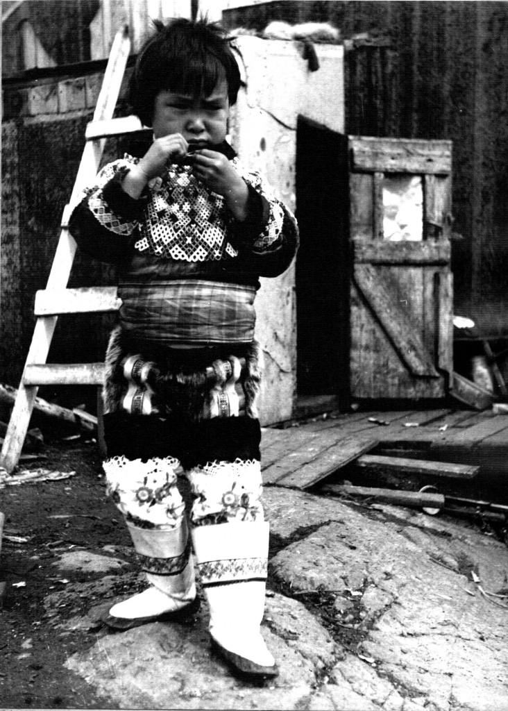 Arsuk - pige i grønlandsk nationaldragt. Foto 1961