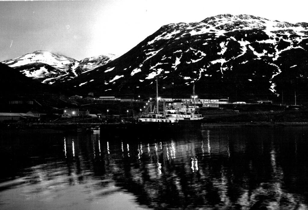 """""""Varla Dan"""" ved kaj Havnen, Flådestation grønnedal 1961."""
